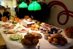 Gedeckter Tisch am Osterfrühstück